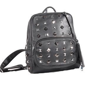 Stylový černý batoh Lia zdobený cvočky 2A